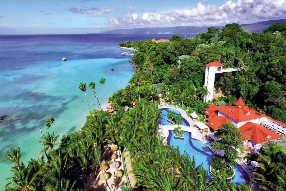 """<strong><a href=""""http://www.bahia-principe.com/es/hoteles-en-republica-dominicana/resort-cayo-levantado/"""" rel=""""Luxury Bahia Principe Cayo Levantado"""" target=""""_blank"""">Luxury Bahia Principe Cayo Levantado</a> - <a href=""""http://viajeaqui.abril.com.br/paises/republica-dominicana"""" rel=""""República Dominicana"""" target=""""_blank"""">República Dominicana</a></strong>            Incrustado na espetacular e pequena ilha Cayo Levantado, na República Dominicana, esse resort só para adultos oferece uma ampla gama de massagens relaxantes e tratamentos reconfortantes incluídos em sua diária. O hotel tem 5 restaurantes: buffet de cozinha internacional, à la carte de gastronomia mediterrânea, italiana, gourmet e também rodízio de churrasco brasileiro, com 13 variedades de carne! Durante toda sua estadia, os hóspedes contam com serviço de mordomo pessoal, que está encarregado de atender a todas as necessidades            <a href=""""http://www.booking.com/hotel/do/luxury-bahia-principe-cayo-levantado.pt-br.html?aid=332455&label=viagemabril-resortscaribeallinclusive"""" rel=""""Reserve a sua hospedagem nesse resort através do Booking.com"""" target=""""_blank""""><em>Reserve a sua hospedagem nesse resort através do Booking.com</em></a>"""