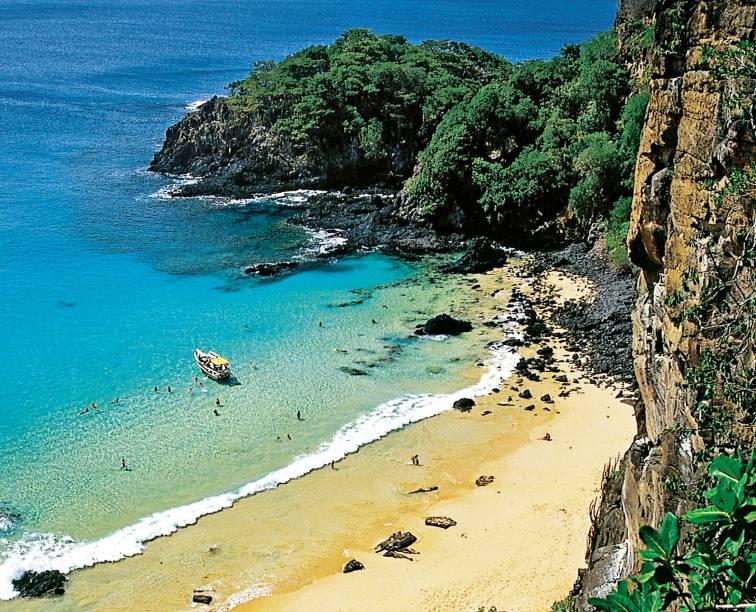 Fernando de Noronha detém algumas das praias mais bonitas do Brasil. Na <strong>Baía do Sancho</strong> (foto), águas cristalinas e falésias cobertas por vegetação formam uma das mais belas paisagens do litoral brasileiro
