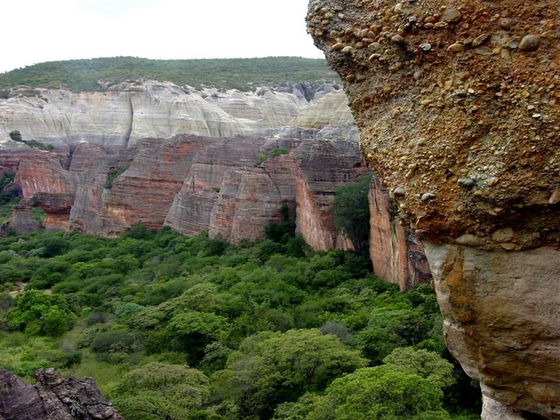 O Baixão da Pedra Furada é a atração mais visitada no Parque Nacional da Serra da Capivara. Do alto da Pedra, a vista é deslumbrante