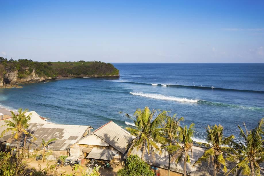 """<strong>Balangan Beach, Kuta,<a href=""""http://viajeaqui.abril.com.br/paises/indonesia"""" rel=""""Indonésia"""" target=""""_self"""">Indonésia</a></strong>O acesso até a praia é feito por uma escadaria de pedra, o que já dá um bom vislumbre do que o visitante encontrará pela frente. O cenário é uma boa pedida para quem deseja relaxar e apreciar o pôr do sol em silêncio. Para quem gosta de algo mais agitado, as ondas altas são ideais para surfistas<em><a href=""""http://www.booking.com/city/id/kuta.pt-br.html?aid=332455&label=viagemabril-praias-da-malasia-tailandia-indonesia-e-filipinas"""" rel=""""Veja preços de hotéis em Kuta no Booking.com"""" target=""""_blank"""">Veja preços de hotéis em Kuta no Booking.com</a></em>"""