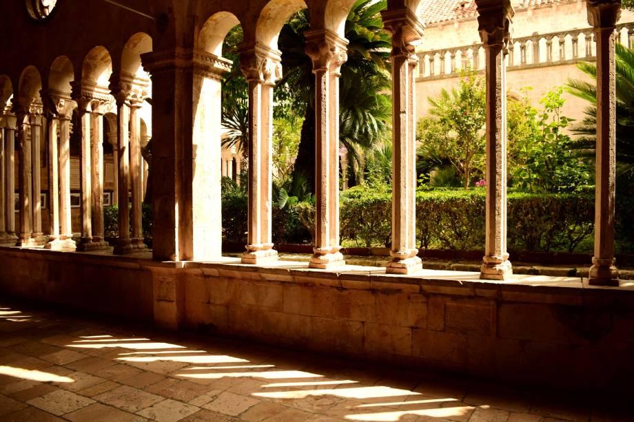 Prédios históricos, como o Mosteiro Franciscano, são uma boa oportunidade para escapar do calor e, às vezes, da muvuca