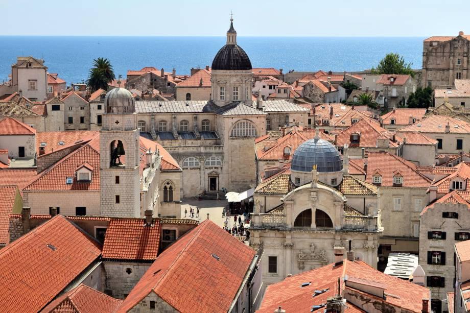 Do alto da muralha, é possível ver os telhados restaurados após a guerra dos anos 90