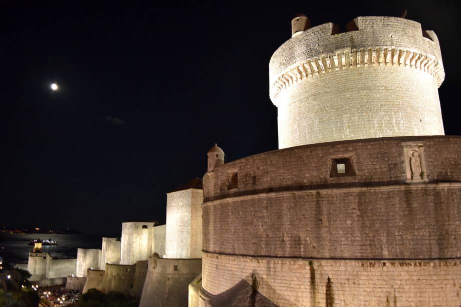 A muralha ganha uma iluminação caprichada de noite, quando passear pela cidade é mais tranquilo