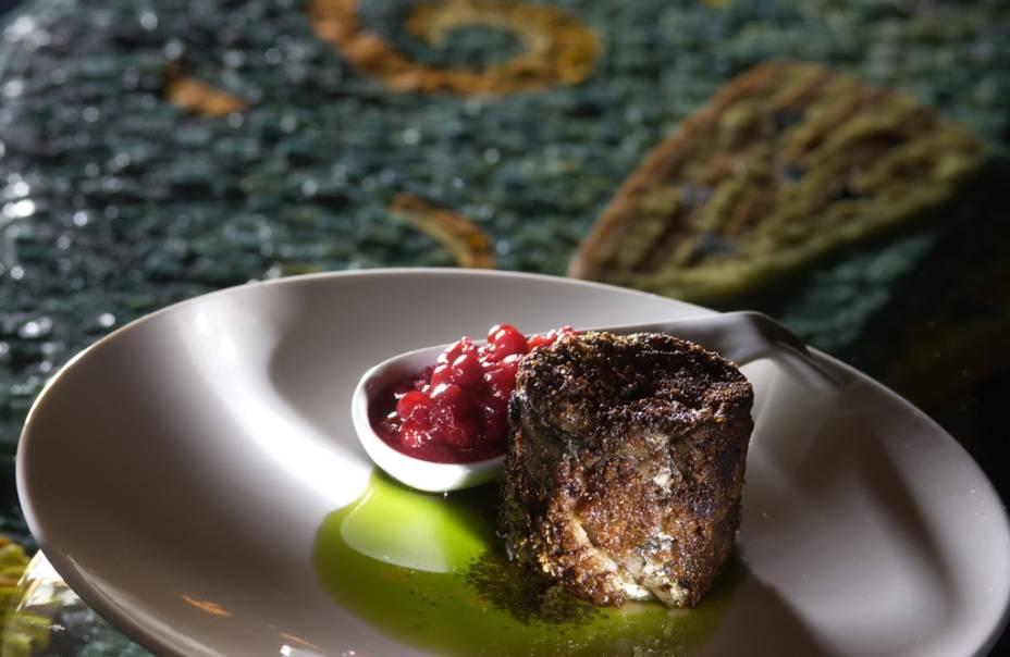 A gastronomia finlandesa é o resultado de um diálogo entre pescados de seu recortado litoral mar e os delicados produtos de suas amplas florestas, como este prato, que mescla arenque com delicadas amoras