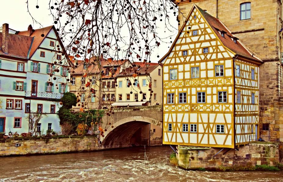 """Em <strong>Bamberg</strong>, que faz parte da <a href=""""http://viajeaqui.abril.com.br/materias/baviera-alemanha-roteiro"""" target=""""_blank"""" rel=""""noopener"""">rota romântica da Baviera</a>, é possível encontrar uma boa cervejaria em qualquer esquina e se esbaldar harmonizando os bons rótulos com pratos típicos do país. Tombada como Patrimônio Mundial da Unesco em 1993 graças ao seu perfeito estado de conservação, a cidade também possui belos jardins floridos que valem pausas para as fotos.<a href=""""http://www.booking.com/city/de/bamberg.pt-br.html?aid=332455&label=viagemabril-vilasalemanha"""" target=""""_blank"""" rel=""""noopener""""><em>Busque hospedagens em Bamberg no Booking.com</em></a>"""