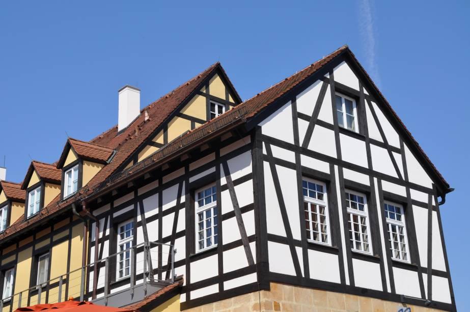 """<strong>Bamberg, <a href=""""http://viajeaqui.abril.com.br/cidades/alemanha-baviera"""" rel=""""Baviera"""" target=""""_blank"""">Baviera</a>, <a href=""""http://viajeaqui.abril.com.br/paises/alemanha"""" rel=""""Alemanha"""" target=""""_blank"""">Alemanha</a></strong>            Essa casinha é um excelente exemplo do estilo enxaimel, típico das casas alemãs, que têm as paredes sustentadas com por hastes de madeira, principalmente na região das janelas, para dar suporte à estrutura da construção"""