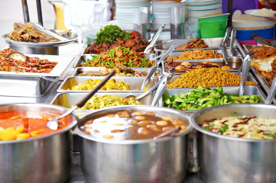 """<a href=""""http://viajeaqui.abril.com.br/cidades/tailandia-bangcoc"""" rel=""""BANGCOC"""" target=""""_blank""""><strong>BANGCOC</strong></a>Com seus templos budistas, culinária deliciosa, lutas de muay thai e festas intermináveis regadas a """"sang som"""", um potente rum asiático, a capital tailandesa é um verdadeiro paraíso para mochileiros vindos de todas as partes do mundo. Porém, uma onda de revoltas populares, que visam a derrubar a primeira-ministra do país, Yingluck Shinawatra, acusada de corrupção, tem dado à cidade um forte clima de instabilidade."""