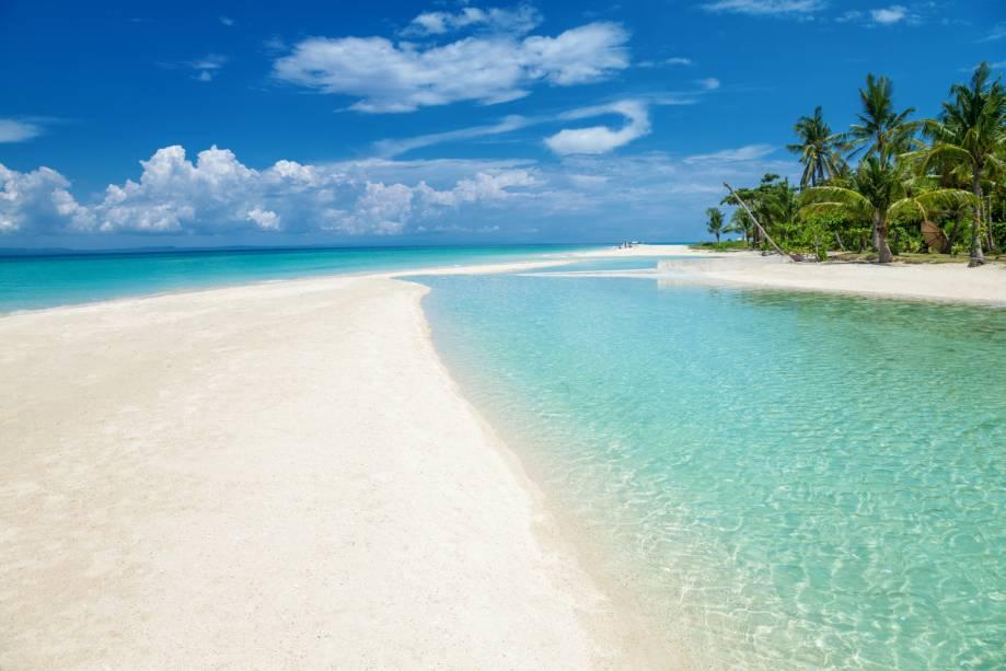 """<strong>Bantayan Beach, Filipinas</strong>    A ilha é a perfeita síntese do verão: água de um mar verdinho, calmo e ideal para mergulho, céu azul e árvores que garantem sombras refrescantes. O lugar é ideal para casais e famílias em busca de tranquilidade    <em><a href=""""http://www.booking.com/city/ph/bantayan.pt-br.html?aid=332455&label=viagemabril-praias-da-malasia-tailandia-indonesia-e-filipinas"""" rel=""""Veja preços de hotéis em Bantayan Island no Booking.com"""" target=""""_blank"""">Veja preços de hotéis em Bantayan Island no Booking.com</a></em>"""