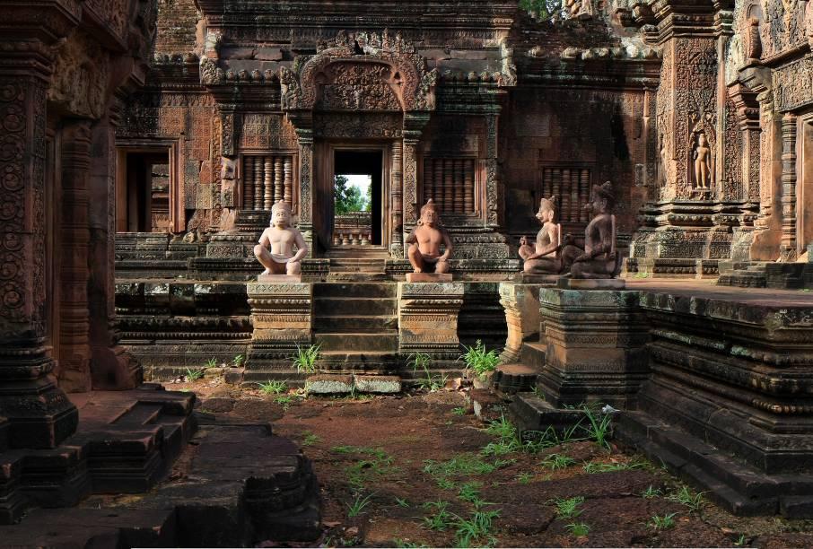 """<strong>9. Banteay Srei</strong>Seus relevos nas paredes são de detalhamento e beleza excepcional, além de conter estátuas muito bem preservadas. O Banteay Srei é considerado """"a joia da arte Khmer"""""""