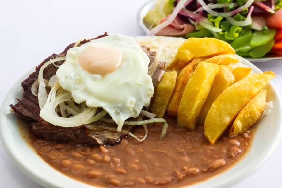 """<a href=""""http://viajeaqui.abril.com.br/estabelecimentos/br-mg-belo-horizonte-restaurante-bolao"""" rel=""""Bar do Bolão """" target=""""_blank""""><strong>Bar do Bolão </strong></a>Fim de noite mais que tradicional em Belo Horizonte, o Bolão funciona 24h na praça de Santa Tereza desde 1961. Coroado como """"o rei do espaguete"""", a pratada hercúlea de massa rivaliza com a fama do Rochedão, PF farto e bem preparado que pode vir ou não com feijão tropeiro no lugar do feijão normal. Os dois são ideais para aquela fome no final da noite! O bar também é famoso por ser frequentado por muitos personagens da história da música belorizontina de todos os estilos, do Clube da Esquina ao Sepultura.<strong>Endereço:</strong> Praça Duque de Caxias, 288, Santa Tereza. Em 2014, o Bolão abriu duas unidades fora do Santê: Avenida Getúlio Vargas, 823, Savassi e Rua Viçosa, 602, Santo Antônio, mas não são 24h"""