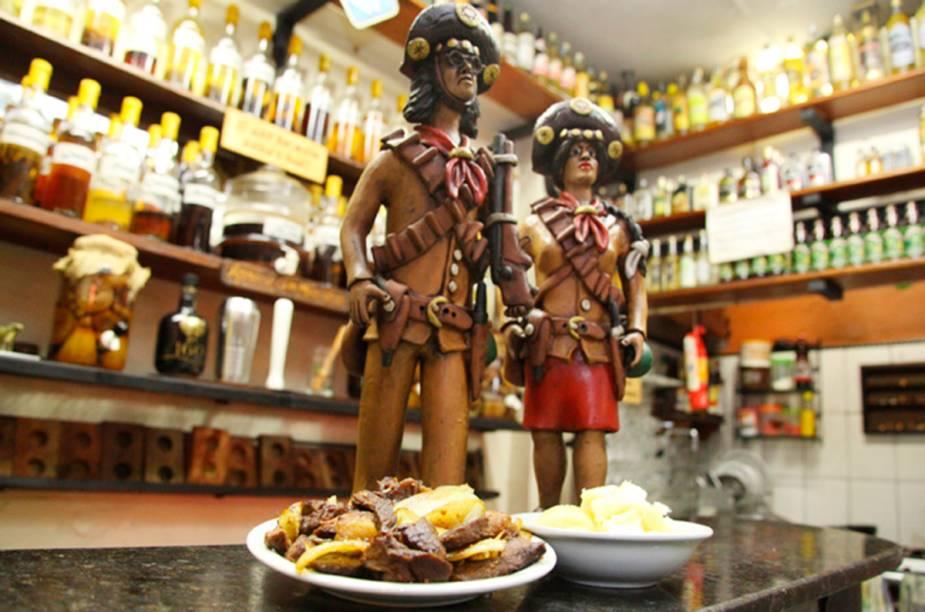 """<strong><a href=""""http://viajeaqui.abril.com.br/estabelecimentos/br-pa-belem-restaurante-bar-meu-garoto"""" rel=""""Bar Meu Garoto - Belém"""" target=""""_blank"""">Bar Meu Garoto - Belém</a></strong>Carne de Sol com macaxeira cozida regada na manteiga de garrafa é o petisco destaque do Bar Meu Garoto, quem gosta pode pedir uma cachaça com jambu para acompanhar."""