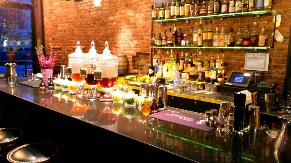 """<strong><a href=""""http://thesummitbar.net/"""" target=""""_blank"""">The Summit Bar</a>, East Village, <a href=""""http://viajeaqui.abril.com.br/cidades/estados-unidos-nova-york"""" target=""""_self"""">Nova York</a>, <a href=""""http://viajeaqui.abril.com.br/paises/estados-unidos"""" target=""""_self"""">Estados Unidos</a> </strong>"""