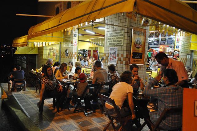 """<a href=""""http://bartematico.com.br/"""" rel=""""Bar Temático """" target=""""_blank""""><strong>Bar Temático </strong></a>Uma mistura entre Pernambuco e Minas Gerais no coração do bairro Santa Tereza. Serve pratos fartos e saborosos preparados com feijão de corda, manteiga de garrafa, queijo coalho, angu, mandioca e carne de sol, acompanhados de cerveja e cachaça, é claro.<strong>Endereço</strong>: Rua Perite, 187, Santa Tereza. Abre de terça a sábado de 17 à meia noite e fim de semana abre também para o almoço, a partir das 11h (domingo fecha 18h)"""