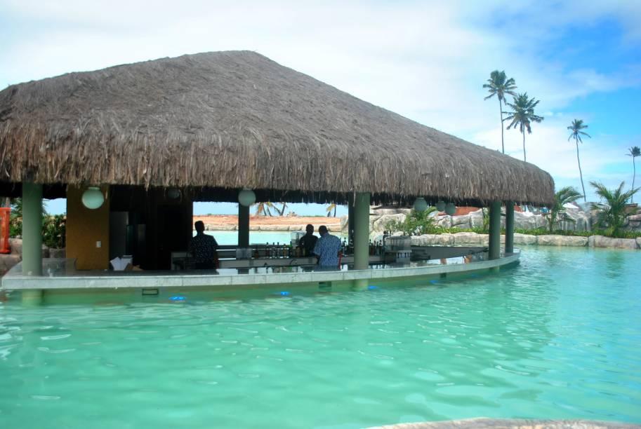 """<a href=""""http://viajeaqui.abril.com.br/estabelecimentos/br-pe-porto-de-galinhas-hospedagem-enotel-acqua-club"""" rel=""""Enotel Acqua Club"""" target=""""_blank""""><strong>Enotel Acqua Club</strong></a>        Para os adultos, bar aquático e dois restaurantes, além de outros confortos, fazem parte do resort. Os hóspedes têm acesso livre ao Enotel Convention & Spa."""