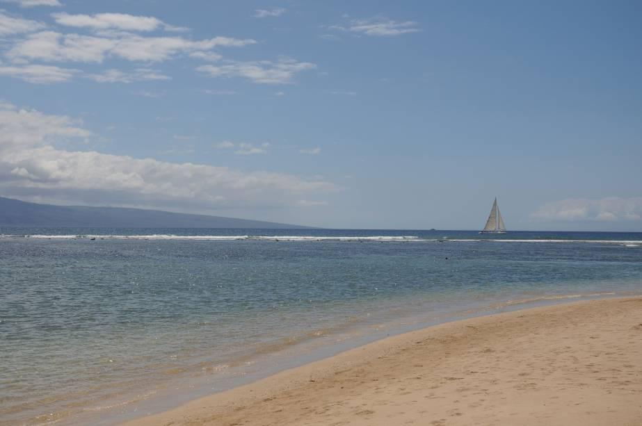 """<strong>Ilhas Sanduíche</strong><br />A descoberta do arquipélago é atribuída ao navegador britânico James Cook. O capitão teria desembarcado ali em janeiro de 1778 e escolhido o nome de Sandwich Islands (""""Ilhas Sanduíche"""", em português), em homenagem a um lorde conterrâneo, o Conde de Sandwich. Assim que foram encontradas, as ilhas havaianas se tornaram rapidamente em rota naval estratégica para os marinheiros estrangeiros. Na foto, praia em Lahaina, na ilha Maui"""