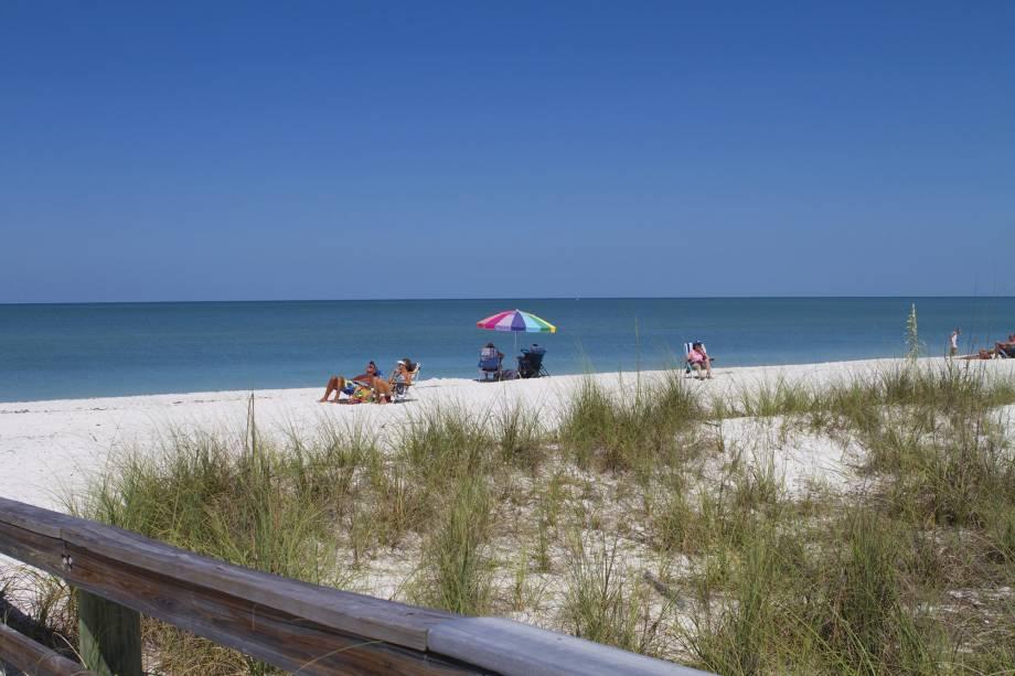 <strong>2. Barefoot Beach Bonita Springs, Flórida</strong>    Por estar localizada no parque de preservação homônimo, o atmosfera conservada chama atenção. A praia tem dunas com uma areia incrivelmente branca e fina com conchinhas. O mar é tranquilo, ideal para banho