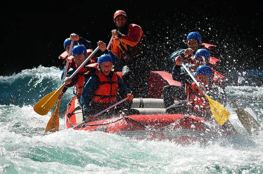 No verão, quando a temperatura chega perto dos 30 graus, é possível percorrer em um rafting os rios de água transparente de Bariloche