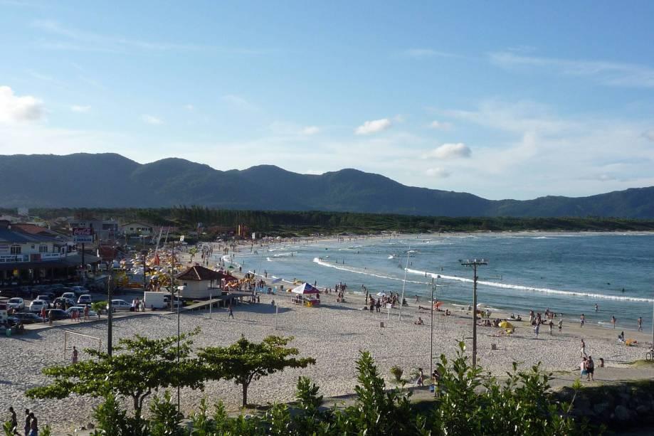 """<strong><a href=""""http://viajeaqui.abril.com.br/estabelecimentos/br-sc-florianopolis-atracao-praia-barra-da-lagoa"""" target=""""_blank"""">Barra da Lagoa</a> – <a href=""""http://viajeaqui.abril.com.br/cidades/br-sc-florianopolis"""" target=""""_blank"""">Florianópolis (SC)</a></strong>"""