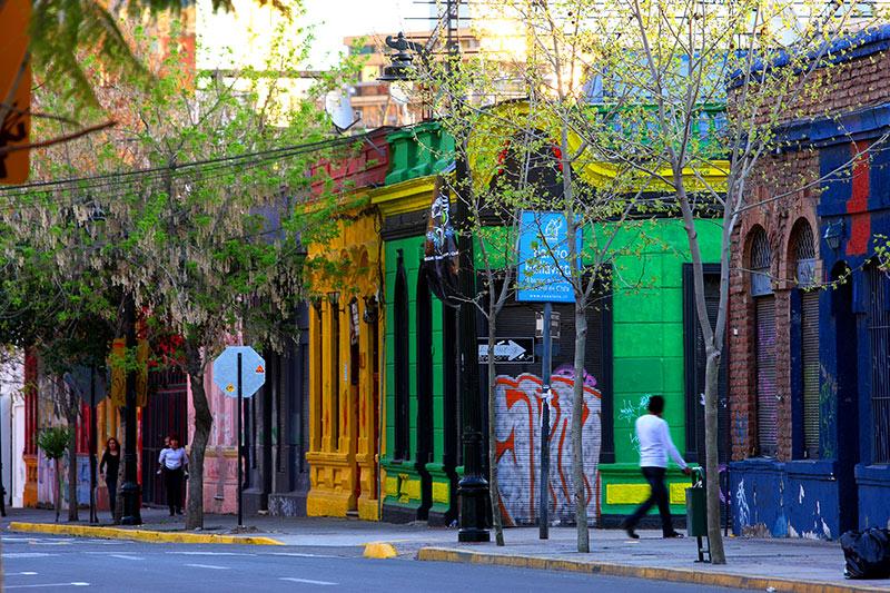O Bairro de Bellavista é uma das principais atrações de Santiago do Chile. Marcado por grafites e muitas cores, ele possui uma atmosfera divertida e muito boêmia