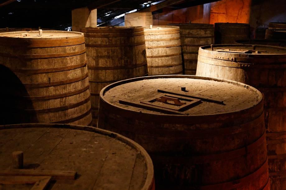 """O <a href=""""http://viajeaqui.abril.com.br/estabelecimentos/br-ce-fortaleza-atracao-museu-da-cachaca"""" target=""""_blank"""">Museu da Cachaça</a> pertence á família Telles, que é fundadora da Ypióca. O casarão expõe fotos, garrafas antigas, documentos e ambientes relacionados à história da Ypióca e seu processo de fabricação. O maior tonel de madeira do mundo (foto) pertence ao museu."""