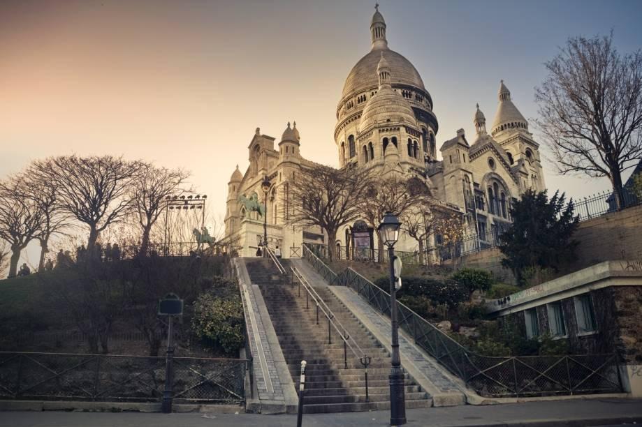 """Ideal para um refúgio em meio às baixas temperaturas, a <a href=""""http://viajeaqui.abril.com.br/estabelecimentos/franca-paris-atracao-sacre-coeur"""" rel=""""Basílica de Sacre Coeur"""" target=""""_self"""">Basílica de Sacre Coeur</a>oferece uma visão incrível da cidade. Ela é o símbolo do bairo de Montmartre e está localizada no ponto mais alto de Paris"""
