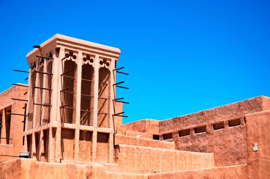 Torres de ventilação eram utilizadas para refrescar as casas em várias regiões do Golfo Pérsico, como aqui, em Bur Dubai