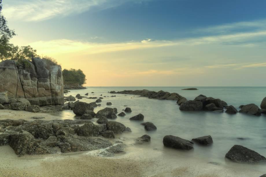"""<strong>Batu Ferringgi, <a href=""""http://viajeaqui.abril.com.br/paises/malasia"""" rel=""""Malásia"""" target=""""_self"""">Malásia</a></strong>Apesar da água mais turva, a praia ainda vale a visita graças à atmosfera tranquila, longe da badalação da cidade: o que torna esse cantinho da Malásia um dos lugares mais procurados pelos turistas no país. Ao redor, há rochas redondas de granito, de onde alguns visitantes fazem saltos de paraquedas<em><a href=""""http://www.booking.com/city/my/batu-feringgi.pt-br.html?aid=332455&label=viagemabril-praias-da-malasia-tailandia-indonesia-e-filipinas"""" rel=""""Veja preços de hotéis em Batu Ferringgi no Booking.com"""" target=""""_blank"""">Veja preços de hotéis em Batu Ferringgi no Booking.com</a></em>"""