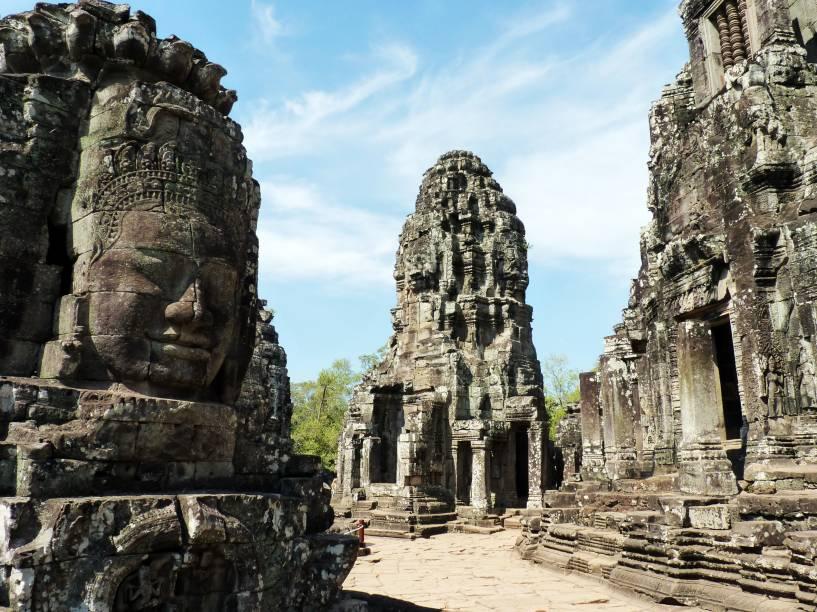 <strong>3. Bayon</strong>A principal característica deste templo enorme são os imensos rostos de pedra no topo de muitas torres. Sua expressão serena são um convite à meditação (se ele não estiver muito cheio de turistas, dá pra sentar e meditar mesmo)