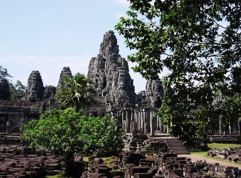 <strong>3. Bayon</strong>É ricamente decorado e localizado no centro de Angkor Thom, a cidade construída por Jayavarman VII. Foi erigido primeiramente como templo budista maaiana, depois modificado para servir como templo hinduísta e finalmente como templo budista, desta vez teravada