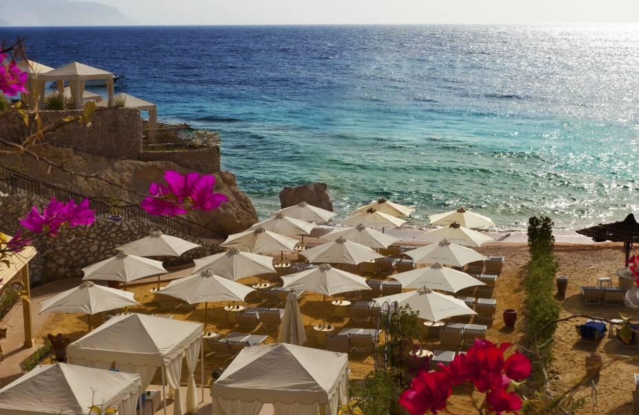 """<strong>25. The Royal Savoy, Sharm El Sheikh, <a href=""""http://viajeaqui.abril.com.br/paises/egito/fotos"""" rel=""""Egito"""" target=""""_blank"""">Egito</a></strong>Às margens do Mar Vermelho, <a href=""""http://viajeaqui.abril.com.br/materias/conheca-dez-lugares-incriveis-para-mergulhar-pelo-planeta?utm_source=redesabril_viagem&utm_medium=facebook&utm_campaign=redesabril_viagemeturismo"""" rel=""""um dos melhores pontos de mergulho do mundo"""" target=""""_blank"""">um dos melhores pontos de mergulho do mundo</a>, o hotel tem praia privativa com tendas e serviço de bar. Os quartos são espaçosos e elegantemente decorados e o hotel oferece spa com sauna e jacuzzi, além de três piscinas.Mês mais barato para se hospedar: Janeiro"""