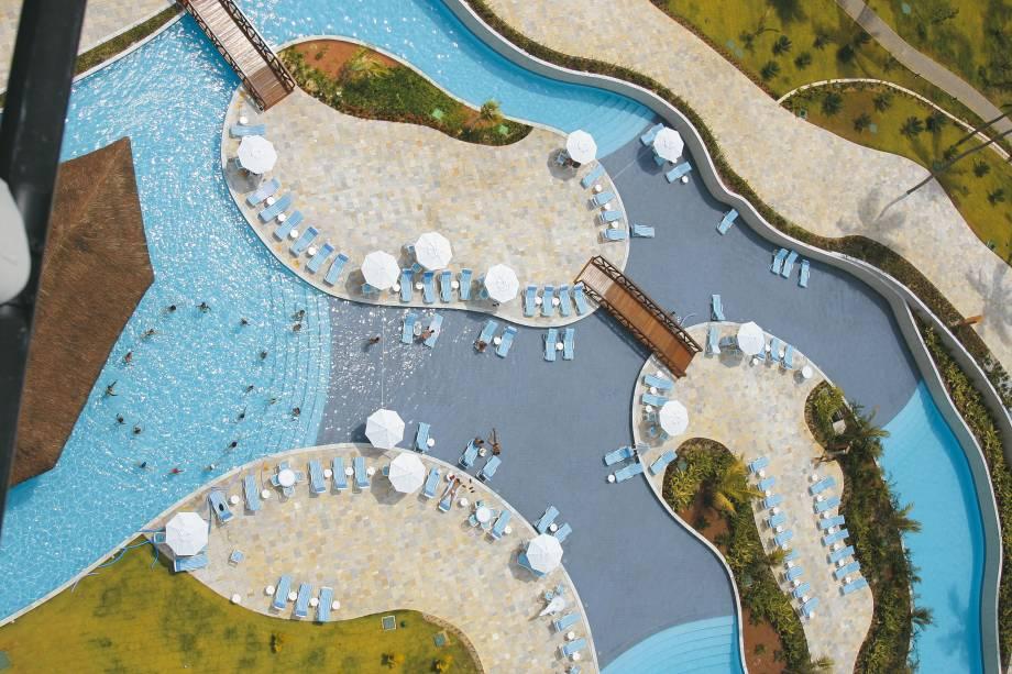 """<a href=""""http://viajeaqui.abril.com.br/estabelecimentos/br-pe-porto-de-galinhas-hospedagem-beach-class-resort-muro-alto"""" rel=""""Beach Class Resort Muro Alto"""" target=""""_blank""""><strong>Beach Class Resort Muro Alto</strong></a>    Com uma enorme piscina de mais de 3 mil metros quadrados, que contorna praticamente todo o hotel, o Beach Class Resort Muro Alto, aos pés da praia de mesmo nome, é um dos empreendimentos mais tradicionais de Porto de Galinhas. As suas quadras, jacuzzis, sauna, fitness center, coffee shop, restaurantes e bares, fazem do hotel um endereço perfeito para atender famílias. As opções de lazer e a equipe bem treinada completam a gama de atrações do lugar."""