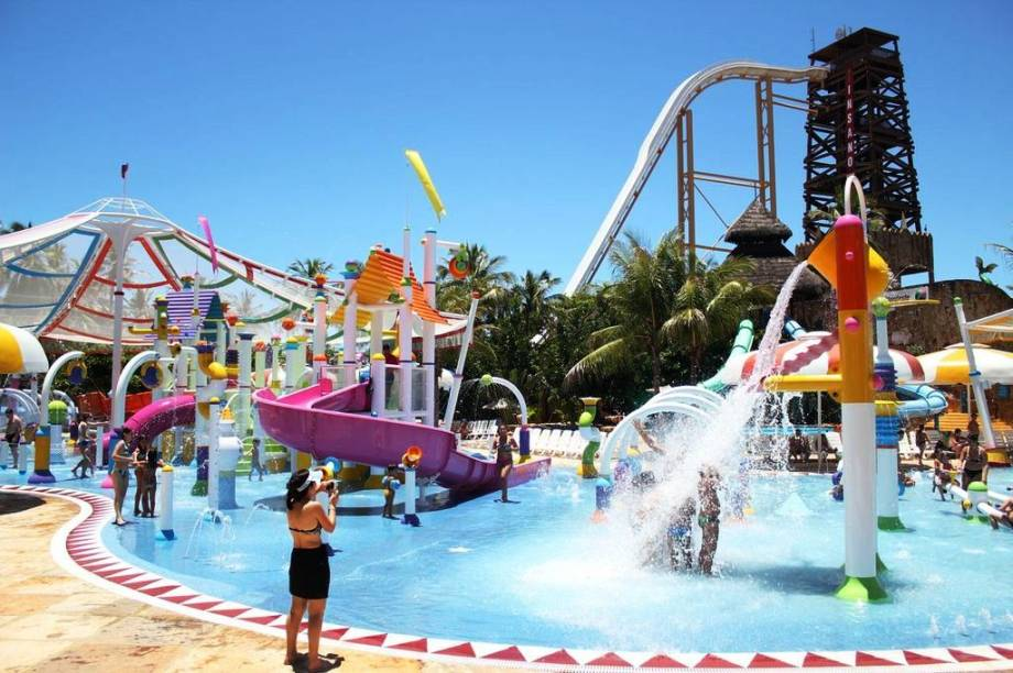 """<strong>2. <a href=""""/cidades/br-ce-aquiraz"""" rel=""""Aquiraz"""" target=""""_blank"""">Aquiraz</a> (2 dias)</strong>    Além do <a href=""""http://viajeaqui.abril.com.br/estabelecimentos/br-ce-fortaleza-atracao-beach-park"""" rel=""""Beach Park""""><strong>Beach Park</strong></a>, que colocou a cidade no mapa, a primeira capital do Ceará tem tradição no artesanato de renda e de jangadinhas de madeira."""