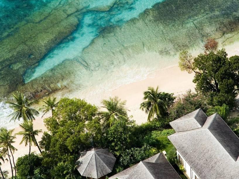 Praia de recifes, em Barbados