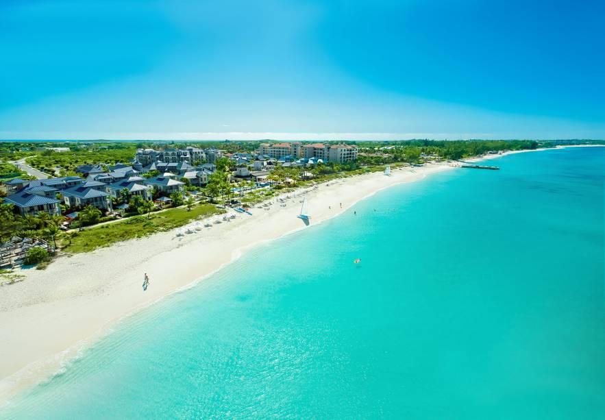 """<strong><a href=""""http://www.beaches.com/main/tc/tc-home/"""" rel=""""Beaches Turks and Caicos Resort Villages and Spa"""" target=""""_blank"""">Beaches Turks and Caicos Resort Villages and Spa</a> – Ilhas Turcas e Caicos</strong>Parques aquáticos para crianças, mergulho ilimitado, serviço de mordomo pessoal, entretenimento dia e noite, vinhos de qualidade e drinks ilimitados são algumas das atrações que chamam a atenção para este resort. Aí você vê a foto da praia particular em frente a ele e já se convence que é pra lá que precisa ir nas próximas férias. Esportes aquáticos com e sem motor, como esqui-aquático, caiaque, snorkel, windsurf e barcos com fundo de vidro também estão todos incluídos na diária"""