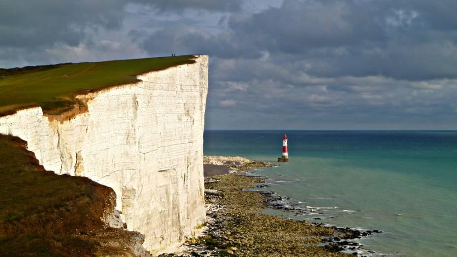 "<strong>Beachy Head, Inglaterra</strong> Este é o mais alto penhasco calcário do <a href=""http://viajeaqui.abril.com.br/paises/reino-unido"">Reino Unido</a>, com aproximadamente 162 metros de altura.<a href=""https://www.booking.com/searchresults.pt-br.html?aid=332455&lang=pt-br&sid=eedbe6de09e709d664615ac6f1b39a5d&sb=1&src=index&src_elem=sb&error_url=https%3A%2F%2Fwww.booking.com%2Findex.pt-br.html%3Faid%3D332455%3Bsid%3Deedbe6de09e709d664615ac6f1b39a5d%3Bsb_price_type%3Dtotal%26%3B&ss=Londres%2C+%E2%80%8BGrande+Londres%2C+%E2%80%8BReino+Unido&checkin_monthday=&checkin_month=&checkin_year=&checkout_monthday=&checkout_month=&checkout_year=&no_rooms=1&group_adults=2&group_children=0&from_sf=1&ss_raw=Inglaterra&ac_position=0&ac_langcode=xb&dest_id=-2601889&dest_type=city&search_pageview_id=baa3779a56930412&search_selected=true&search_pageview_id=baa3779a56930412&ac_suggestion_list_length=5&ac_suggestion_theme_list_length=0&district_sel=0&airport_sel=0&landmark_sel=0"" target=""_blank"" rel=""noopener""><em>Busque hospedagens na Inglaterra no Booking.com</em></a>"