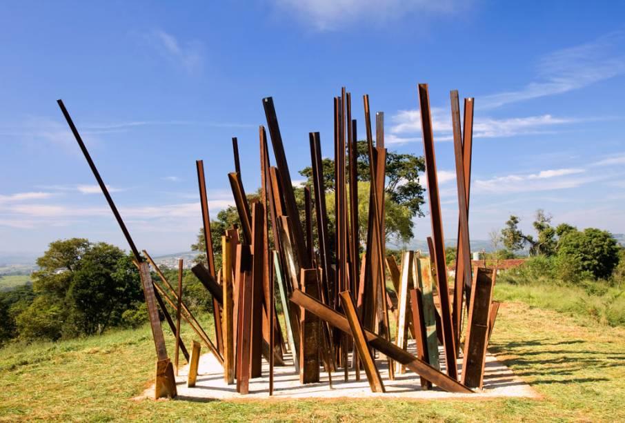 A obra Beam Drop poderia ser traduzida como queda de viga, e foi feita com a ajuda de um guindaste que derrubou vigas de ferro em uma piscina de cimento fresco.