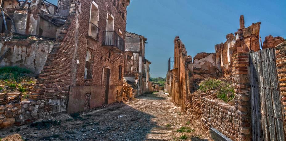"""<strong>Cidade Fantasma de Belchite, <a href=""""http://viajeaqui.abril.com.br/paises/espanha"""" rel=""""Espanha"""" target=""""_blank"""">Espanha</a></strong>    Ruínas e cenários de completa devastação são o que marcam o visitante que passa por Belchite, situada a apenas 40 km de Saragoça, capital da comunidade autônoma de Aragão. Entre os dias 24 de agosto e 7 de setembro de 1937, a cidade foi palco de um dos episódios mais devastadores da Guerra Civil Espanhola. Na ocasião, soldados do Exército Republicano tomaram cada uma das casas e provocaram nada menos do que seis mil mortes, em um episódio que ficou conhecido como Batalha de Belchite. Ao final da guerra, o governo decidiu preservar os cenários de destruição para fazer com que o episódio nunca fosse esquecido, já que muitas famílias ficaram completamente destroçadas com o ocorrido. O resultado foi a criação de uma cidade próxima e com o mesmo nome para abrigar seus sobreviventes. O apelo de cidade fantasma de seu antigo município, no entanto, atrai o olhar curioso dos turistas"""