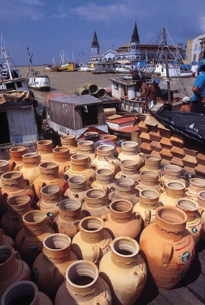 """Montado junto ao cais, o <a href=""""http://viajeaqui.abril.com.br/estabelecimentos/br-pa-belem-atracao-mercado-ver-o-peso"""" rel=""""Mercado Ver-o-Peso"""" target=""""_blank"""">Mercado Ver-o-Peso</a> vende doces, raízes aromáticas, essências, temperos, ervas e artesanato"""