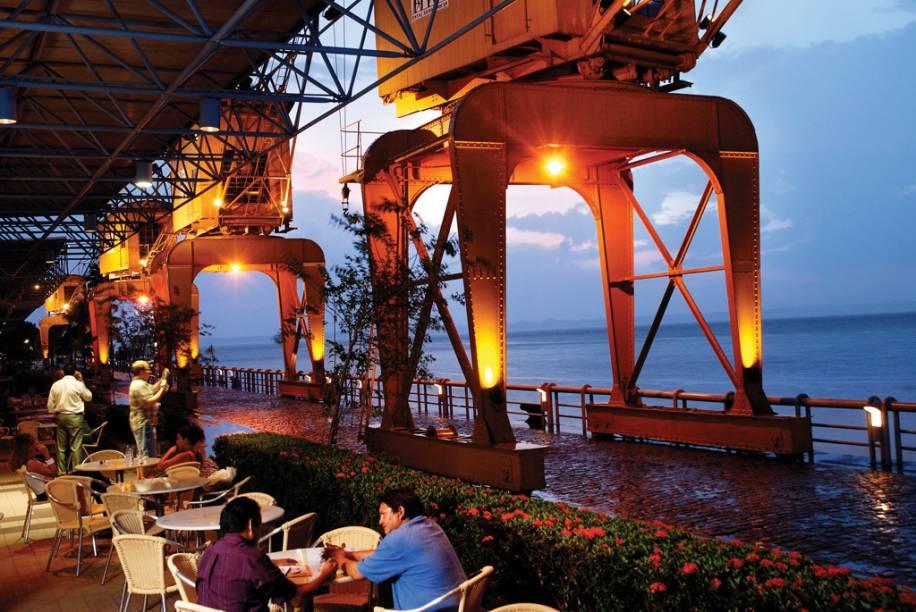 """Turistas em um dos restaurante da <a href=""""http://viajeaqui.abril.com.br/estabelecimentos/br-pa-belem-atracao-estacao-das-docas"""" rel=""""Estação das Docas"""" target=""""_blank"""">Estação das Docas</a> e baía do Rio Guajará ao fundo"""