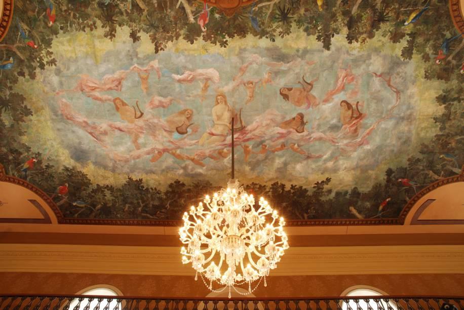 """Pintura de 1960, do pernambucano Armando Balloni, no teto do foyer do <a href=""""http://viajeaqui.abril.com.br/estabelecimentos/br-pa-belem-atracao-theatro-da-paz"""" rel=""""Theatro da Paz"""" target=""""_blank"""">Theatro da Paz</a>, em Belém"""