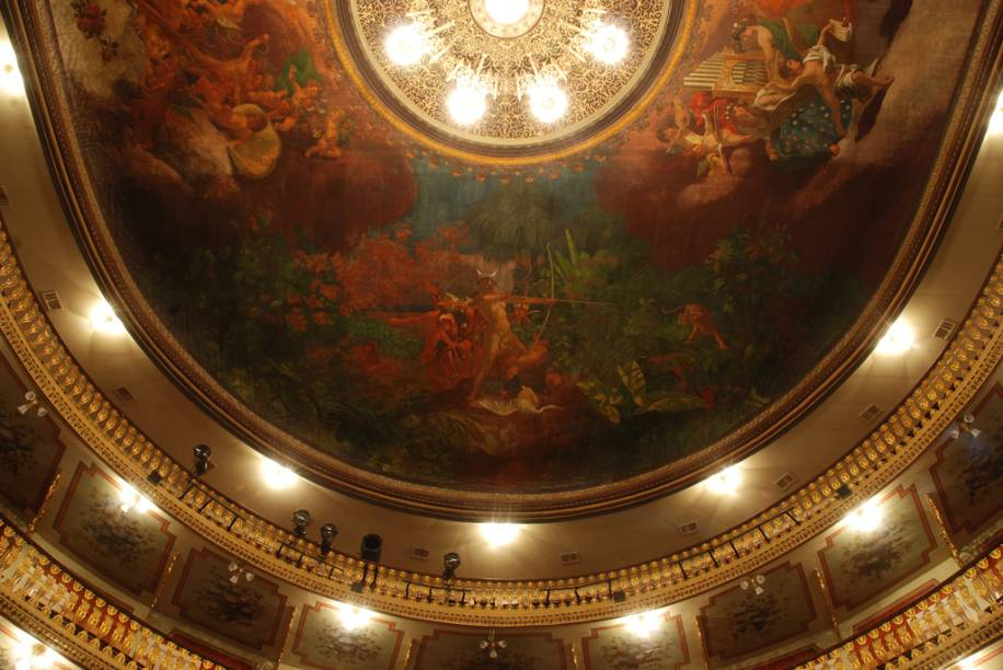 """Pintura no teto do Salão de Espetáculos do <a href=""""http://viajeaqui.abril.com.br/estabelecimentos/br-pa-belem-atracao-theatro-da-paz"""" rel=""""Theatro da Paz"""" target=""""_blank"""">Theatro da Paz</a>"""