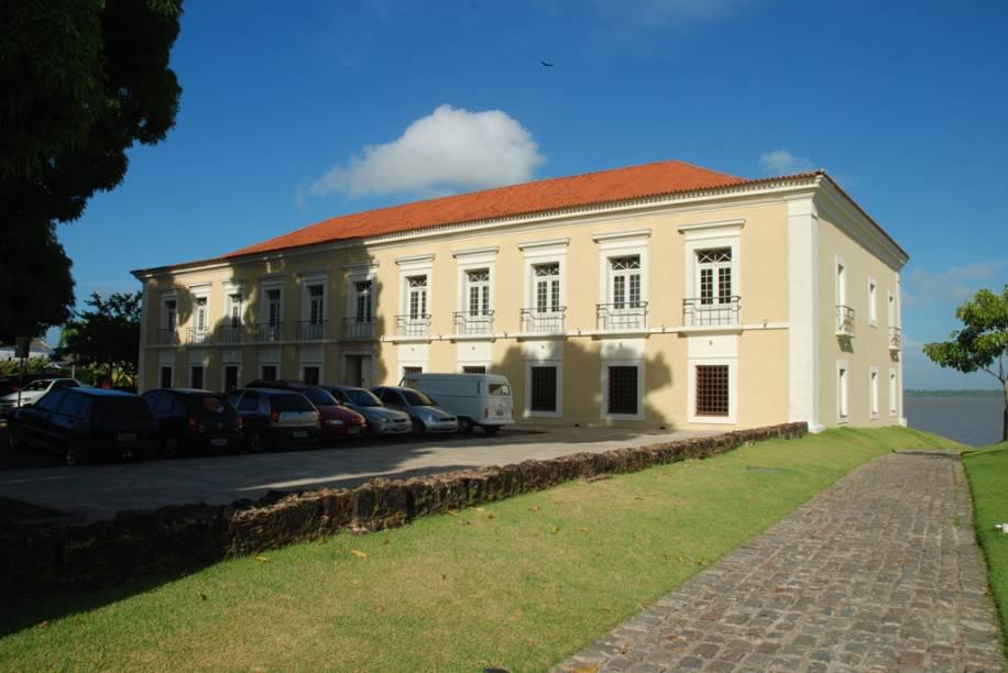"""Fachada da <a href=""""http://viajeaqui.abril.com.br/estabelecimentos/br-pa-belem-atracao-casa-das-onze-janelas"""" rel=""""Casa das Onze Janelas"""" target=""""_blank"""">Casa das Onze Janelas</a>, antigo hospital militar transformado em museu"""