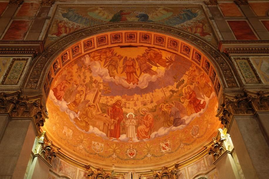 """Detalhe da meia cúpula do altar da <a href=""""http://viajeaqui.abril.com.br/estabelecimentos/br-pa-belem-atracao-basilica-de-nazare/"""" rel=""""Basílica de Nazaré"""" target=""""_blank"""">Basílica de Nazaré</a>"""