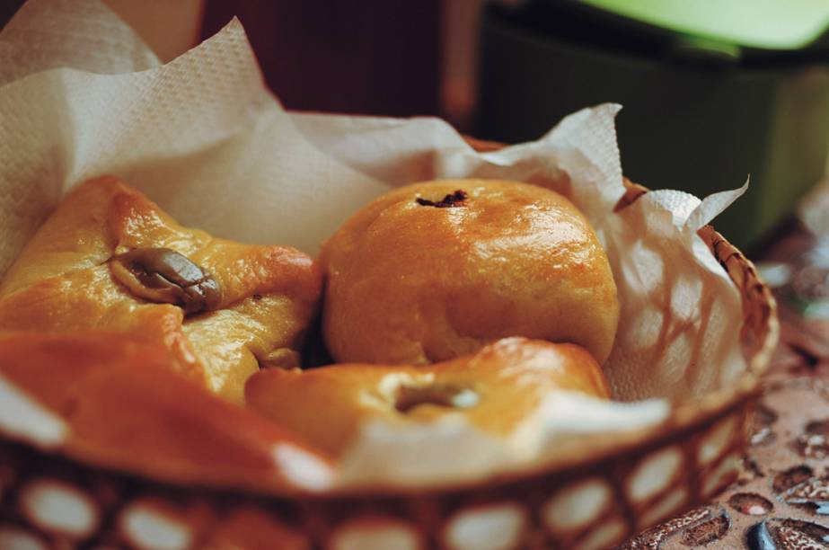 """As atrações da casa <a href=""""http://viajeaqui.abril.com.br/estabelecimentos/br-pa-belem-restaurante-portinha-001"""" rel=""""Portinha"""" target=""""_blank"""">Portinha</a> são os salgados de ingredientes locais, como a esfiha de pato com jambu e tucupi e o pão recheado de queijo cuia"""