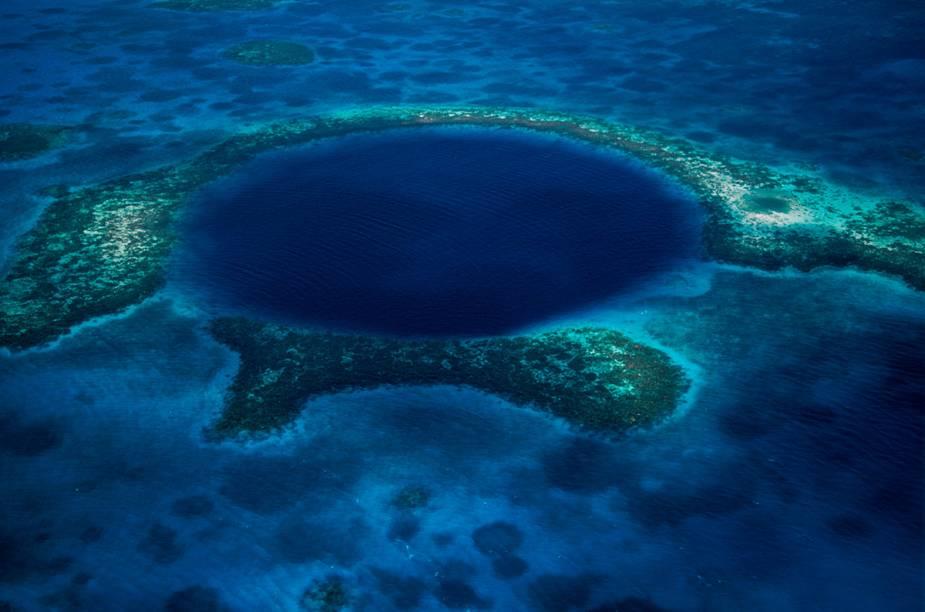 """<strong>Belize </strong>Localizado no nordeste da <a href=""""http://viajeaqui.abril.com.br/continentes/america-central"""" rel=""""América Central"""" target=""""_blank"""">América Central</a>, as águas cristalinas e o ecossistema formado por peixes de cores variadas, golfinhos, arraia-mantas (arraias mantas são uma das maiores do mundo), pequenos tubarões, manguezais, atóis e a maior barreira de corais do Hemisfério Norte – com 298 km de extensão - fazem do local um dos pontos procurados para mergulho. Mas é o famoso """"Blue Hole"""" (foto), no centro do atol Lighthouse Reef, a verdadeira obra-prima de Belize. Trata-se de uma circunferência escavada pela natureza no meio da barreira de corais, com mais de 300 metros de diâmetro e 135 metros de profundidade, onde mergulhadores experientes encontram enormes estalactites e estalagmites, algumas com mais de cinco metros de comprimento.A melhor época para mergulhar em Belize está entre os meses de abril e junho. Os principais pontos de mergulho são as ilhas Turneffe, o Lighthouse Reef, o Atol de Glover e Ambergris Cave. A vantagem para o visitante é que o turismo se estruturou para os interessados em mergulho e são diversos resorts e agências especializadas na modalidade. As temperaturas altas, com média de 29°C, incentivam ainda mais os passeios aquáticos e são responsáveis pela rica vida marinha de Belize. A língua oficial dos moradores locais é o inglês e a moeda é o dólar de Belize."""