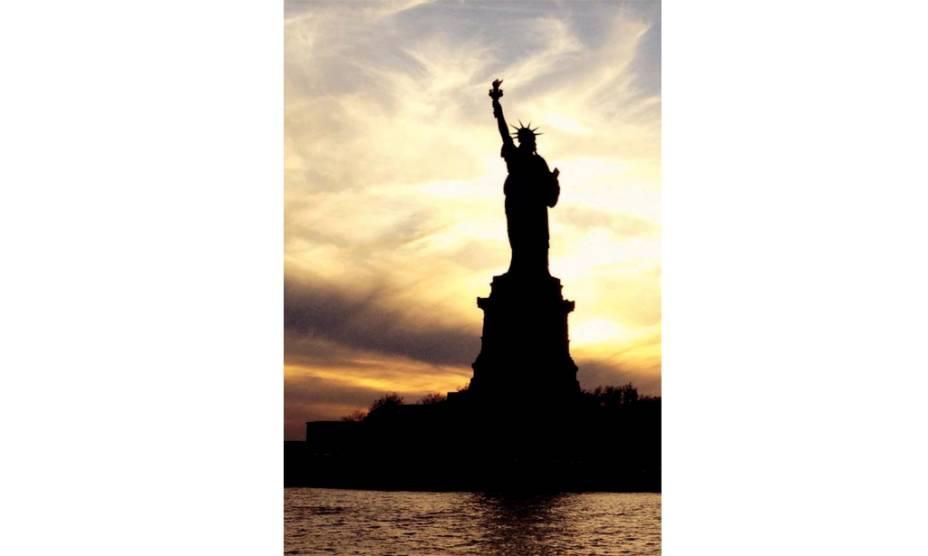 """""""Fotografei a Estátua da Liberdade durante um passeiode barco pelo Rio Hudson, no finzinho da tarde. A cor do céu e o contraluz a deixaram ainda mais bonita."""" — Haroldo Ledandeck, Diadema, SP"""