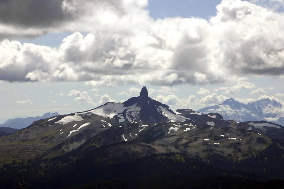 <strong>Bend, Oregon, Estados Unidos</strong>        A cidade é a maior desta lista, com população de 76.000 pessoas e um dos melhores locais para esqui da região. O vulcão de 2.743 metros, esquiável por todos os lados, é uma enorme e diversa área com uma das neves mais leves da região pacífica. Pistas para iniciantes e intermediários estão espalhadas pelo Monte Bachelor, e esquiadores aventurosos podem fazer manobras em montes de neve na cratera do pico. O terreno freestyle é excelente, com dois halfpipes de 3,6 e 5,4 metros e quase 1,6 km de extensão de parque