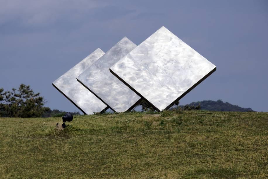 "Obra de George Rickey, chamada ""Three Squares Vertical Diagonal"""