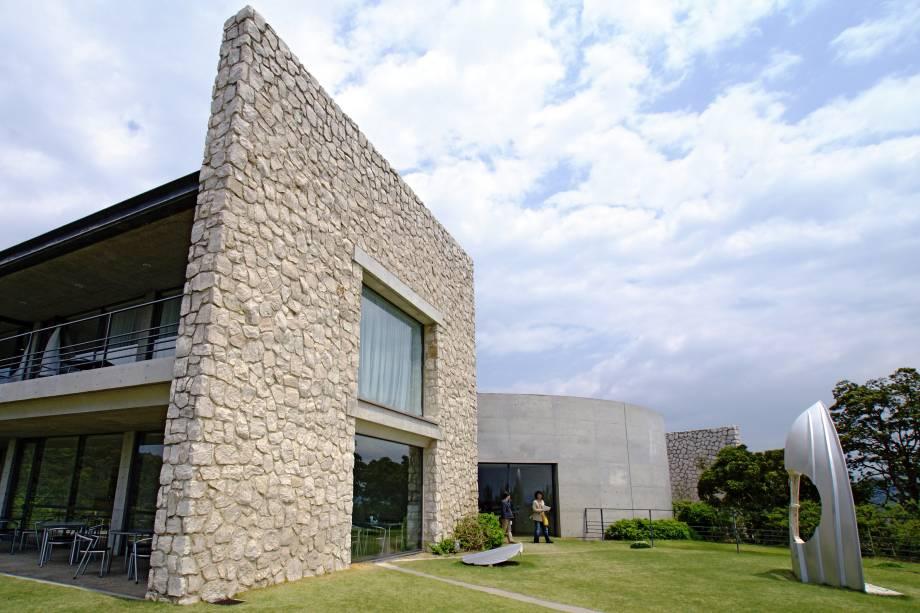 """Hóspedes dos edifícios """"Museum"""" e """"Oval"""" têm acesso 24h às obras de arte dos museus onde dormem. Diárias custam em torno de 25.000 yen/noite (aproximadamente 200 dólares). Também é possível se hospedar em outras pousadas na ilha ou na casa de moradores da região"""