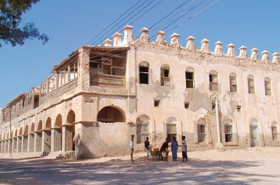 <strong>BERBERA</strong>Os viajantes geralmente entram na Somalilândia via Etiópia (um dos mais populares países africanos entre mochileiros) e pagam uma visita à cidade portuária de Berbera, banhada pelas águas do Golfo de Áden e dona de um pitoresco centro histórico.